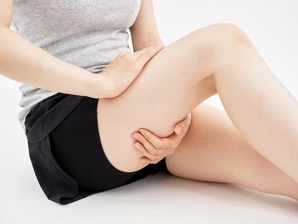 坐骨神経痛の症状に悩む女性